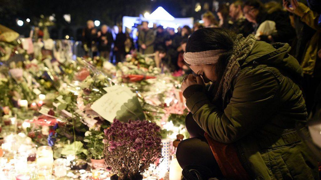 des-personnes-se-recueillent-devant-le-bataclan-en-hommage-aux-victimes-des-attentats-le-15-novembre-2015-a-paris_5463860